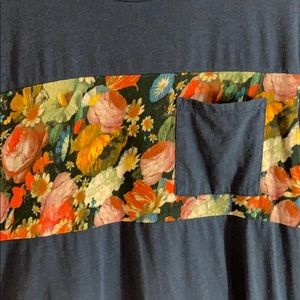 Floral tee 😎 on the byas (m)